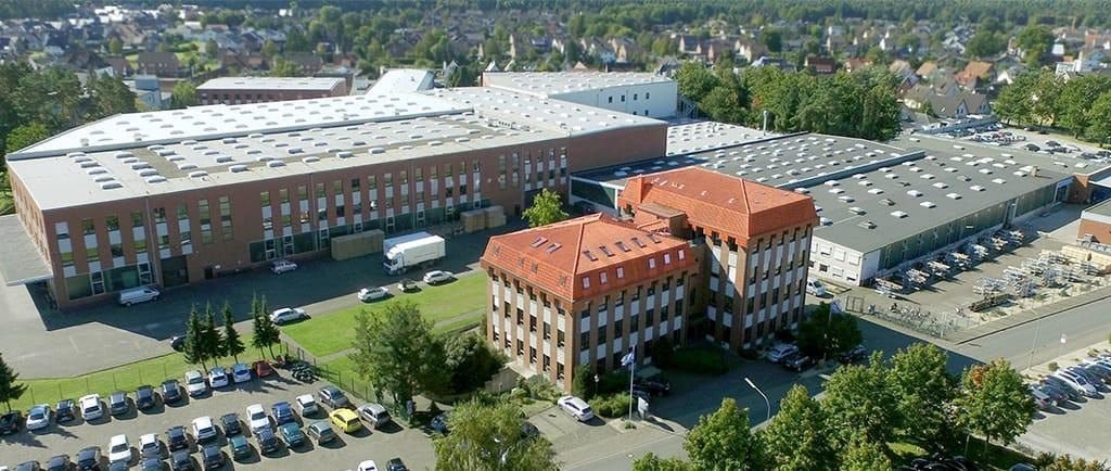 Misteriosas mortes vem acontecendo em uma empresa alemã nos últimos 18 anos. E agora a polícia acredita que há um serial killer entre os funcionários. Foto: Vista aérea da Ari Armaturen.