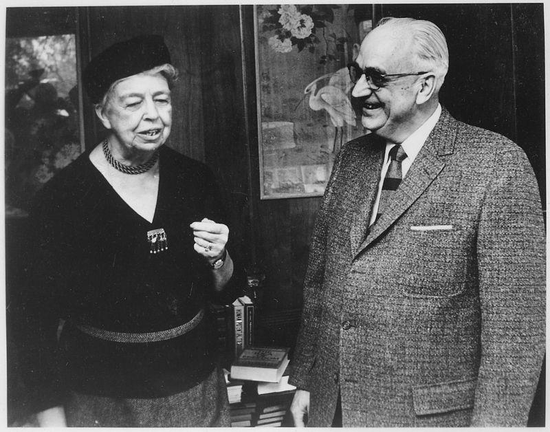 A primeira-dama dos Estados Unidos Eleanor Roosevelt e o Dr. Karl Menninger em encontro na cidade de Topeka, Kansas, em 1959. Foto: U.S. National Archives and Records Administration.