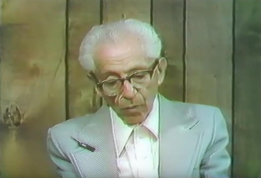 O carcereiro Heny Lesser durante entrevista para a TV em 1979.