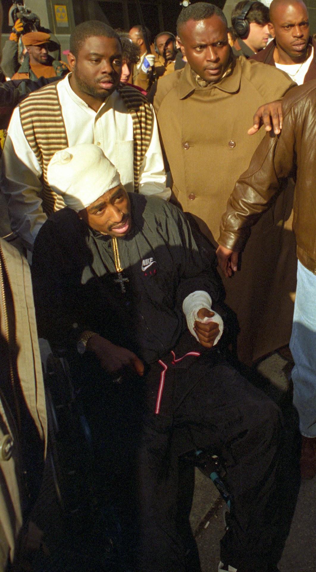 Um dia após levar cinco tiros, Tupac apareceu em uma cadeira de rodas durante audiência judicial em Nova Iorque. Foto: REUTERS/Mark Cardwell /Landov.