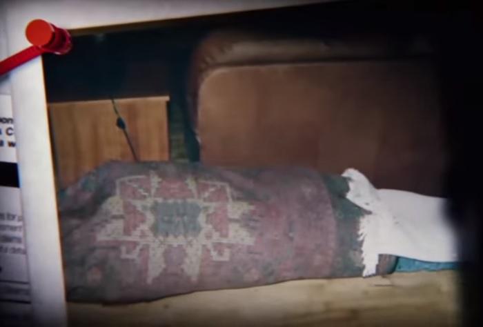 O corpo de Jeff Trail enrolado no tapete persa de David Madson. Cunanan deu ao todo, 27 marteladas na cabeça, rosto e tronco de Trail. Foto: ABC News.