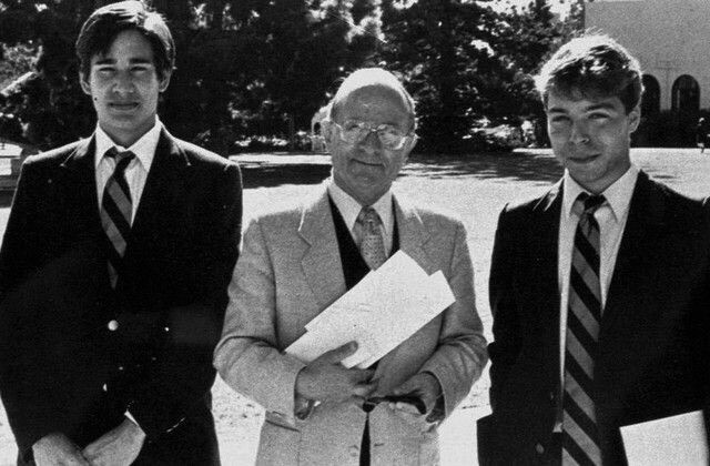 Andrew Cunanan, seu professor Otto Mower, e o colega de classe Mathew Rifat, posam para uma foto na Bishop High School.