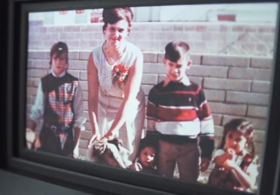Mary Anne e seus filhos. Andrew é o menorzinho, no meio, ao lado da mãe e do irmão mais velho.