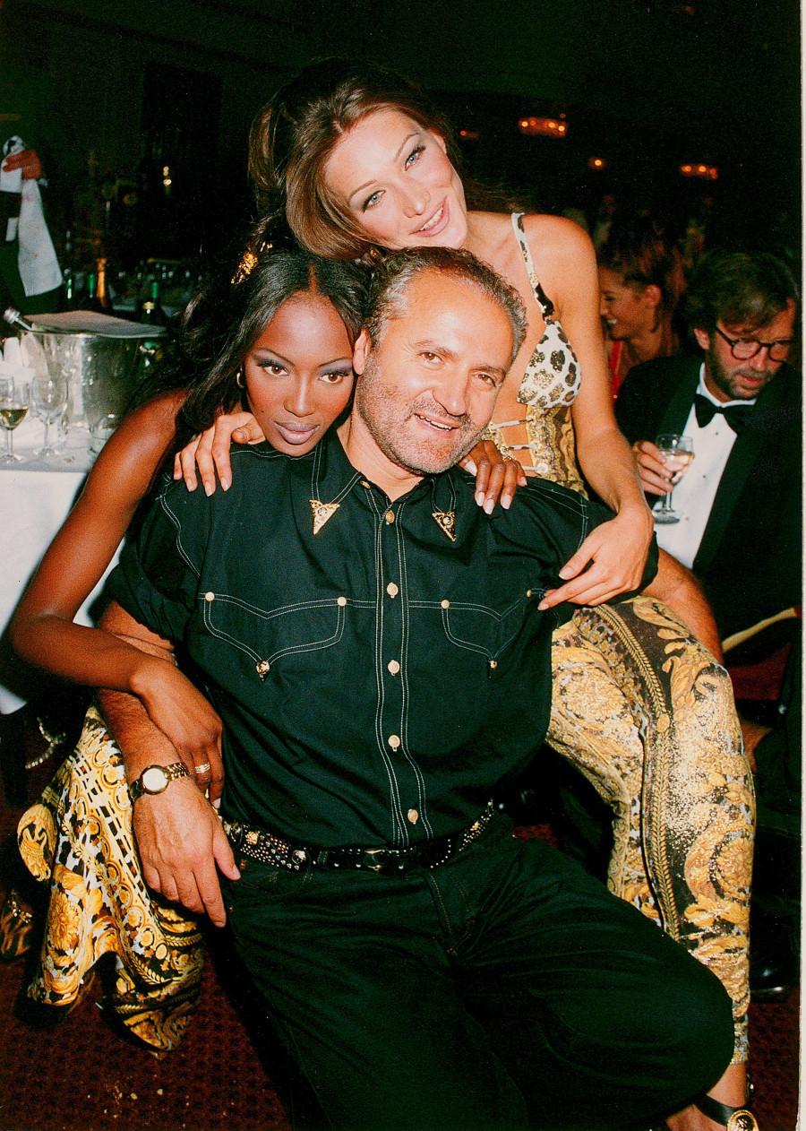 Giannni Versace, Naomi Campbell - uma das poucas super modelos da história - e Carla Bruni durante uma premiação em 1992. Foto: HuffPost.