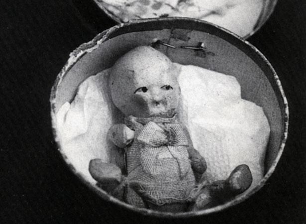 Bonecas em miniatura dentro de caixas de chapéu foram vendidas como souvenirs durante o julgamento de Minnie Dean. Foto: Lynley Hood.
