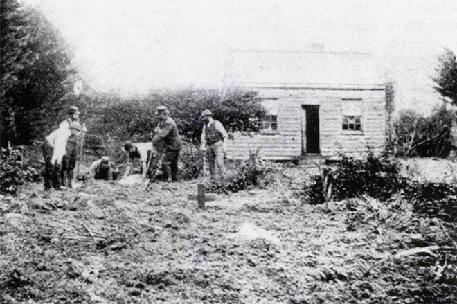 Policiais escavando o terreno da fazenda de Minnie Dean. Foto: Teara.