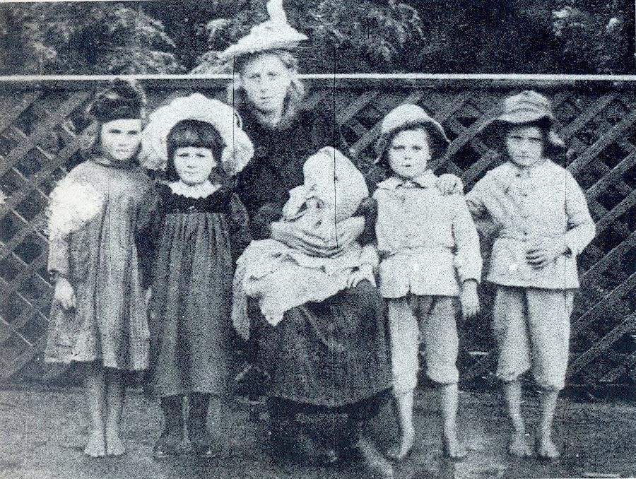 Crianças encontradas na fazenda de Minnie Dean no dia de sua prisão. Da esquerda para a direita: Ethel Maud Hay, Florence Smith, Esther Wallis [filha adotiva de Minnie de 15 anos] segurando um bebê, Cecil Guilford e Arthur Wilson. Foto: Intercargill Public Library.