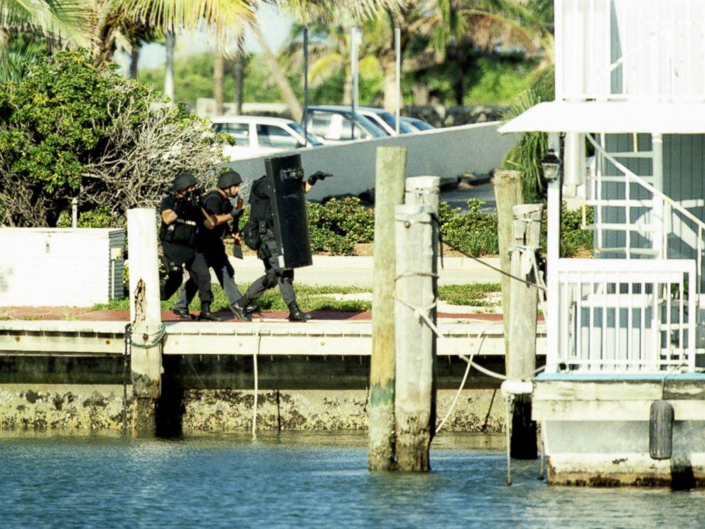 Policiais se aproximam da casa flutuante em cujo interior acreditava-se estar Andrew Cunanan. Foto: ABC News.