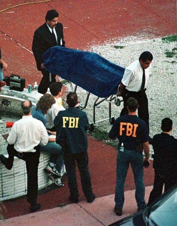 Agentes do FBI retiram o corpo de Andrew Cunanan da casa flutuante. Foto: Reuters.Agentes do FBI retiram o corpo de Andrew Cunanan da casa flutuante. Foto: Reuters.