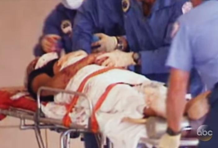 Gianni Versace é levado às pressas para o hospital, onde já chegou morto. Foto: ABC News.