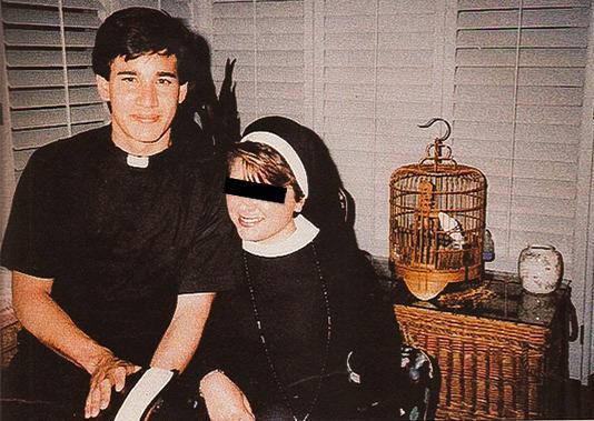 Andrew Cunanan, vestido de padre, ao lado de uma amiga no ensino médio.