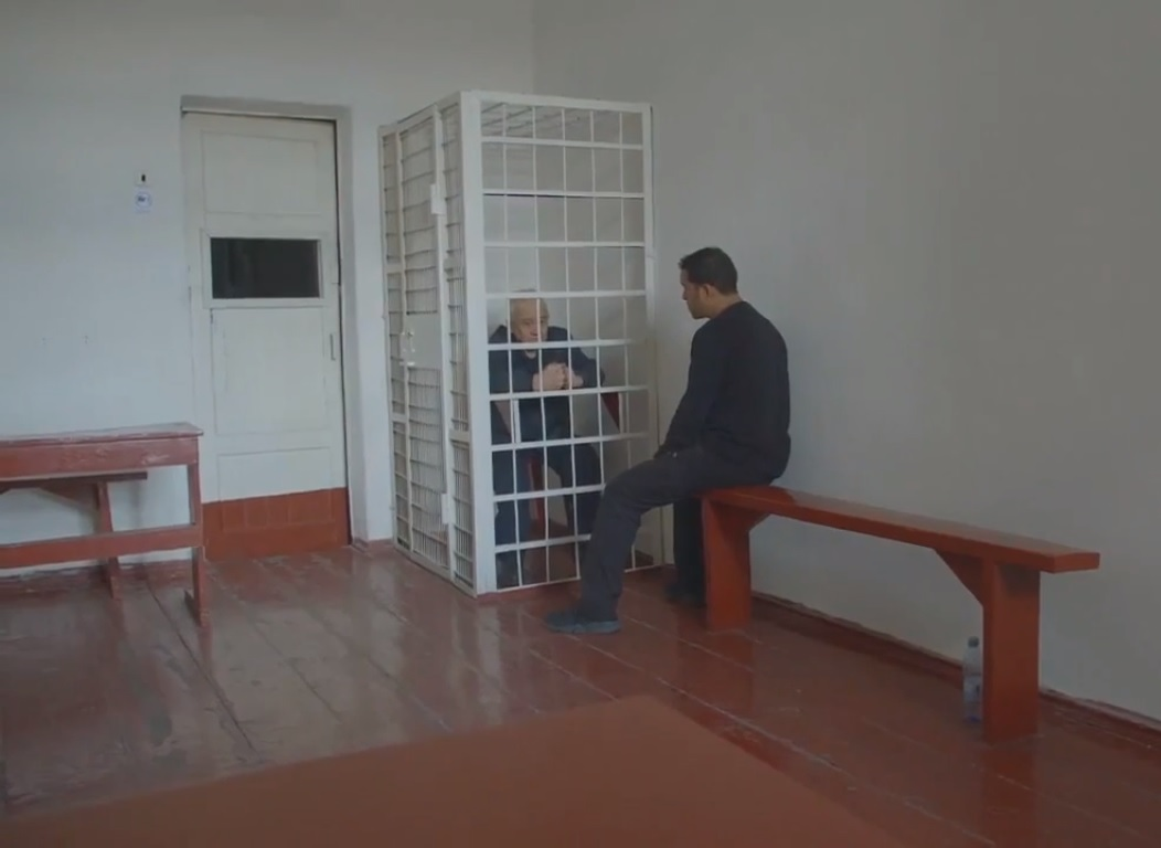 Entrevistado para um documentário da Netflix, o serial killer russo Serhiy Tkach foi mantido dentro de uma jaula de metal.