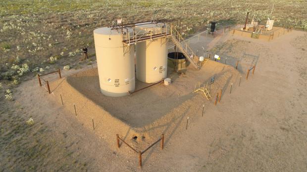 Os tanques de petróleo onde os corpos das duas filhas pequenas de Christopher Watts foram encontrados. Foto: Weld County District Attorney office.