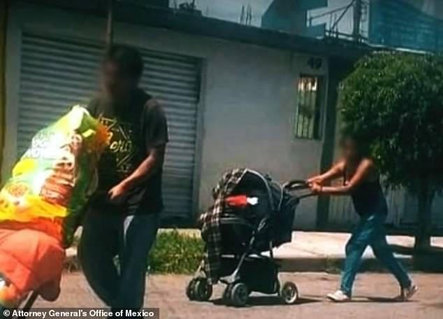 Suspeitando do casal, a polícia passou a monitorá-los e quando eles saíram na rua empurrando alguma coisa em um carrinho de bebê e em um carrinho de mão, eles resolveram ver o que era. Foto: Ministério Público da Cidade do México.
