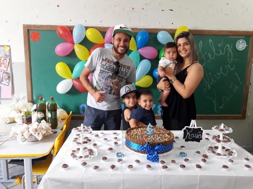 Pastor George Alves com sua esposa, Juliana e os filhos Kauã, Joaquim e João. (Foto: Reprodução/Facebook)