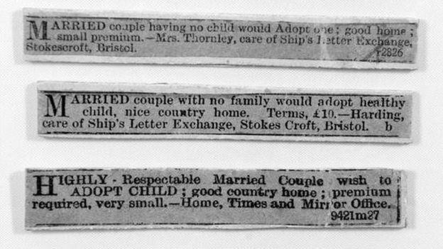 """Os anúncios em jornais da serial killer matadora de bebês inglesa Amelia Dyer. """"CASAL casado que não tem filho deseja adotar um; bom lar; pequena recompensa"""", dizia um dos anúncios. Foto: Thames Valley Police Museum."""