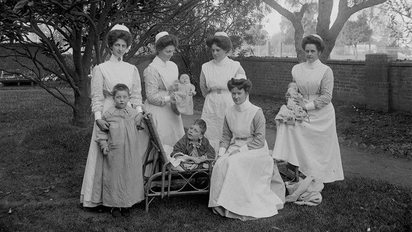 Enfermeiras australianas em um dos asilos criados pelo governo ainda no século XIX para cuidar de bebês e crianças órfãs ou indesejadas. Foto: Drew, Michael J. Data: 1880-1890. State Library Victoria.