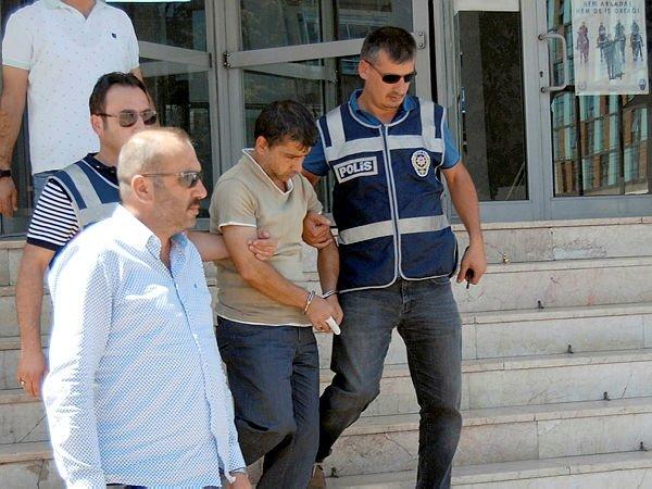 O serial killer Hamdi Kayapınar é escoltado por policiais seis dias após matar um segurança. Foto: Sabah.