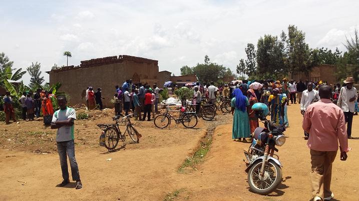 Populares cercam a casa do serial killer um dia após a sua prisão. Foto: Kigali Today.