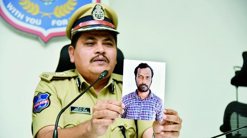 O comissário de polícia Mahesh Bhagwat segura uma foto do serial killer Marri Srinivas Reddy. Foto: Deccan Chronicle.