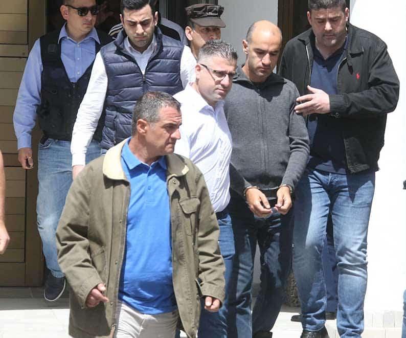 Serial Killer Nikos Metaxas sai escoltado de um tribunal no Chipre após confessar vários assassinatos. Foto: AP.