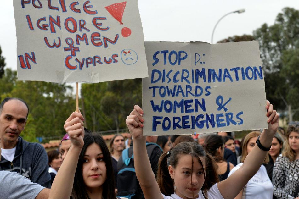 Manifestantes protestam na frente do Palácio Presidencial em Nicósia, Chipre, contra o racismo policial no caso das mulheres mortas. Foto: ABS News.