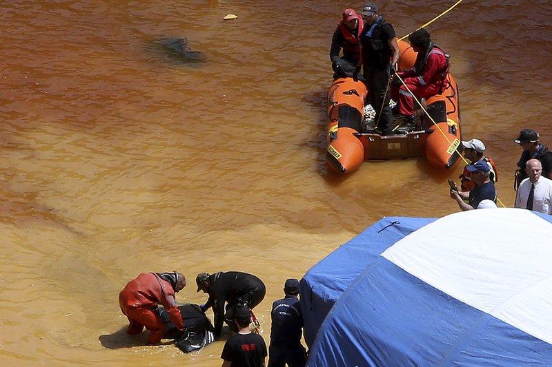 Uma mala contendo um corpo humano é encontrada no Lago Vermelho por autoridades cipriotas no final de abril de 2019. Foto: AP.